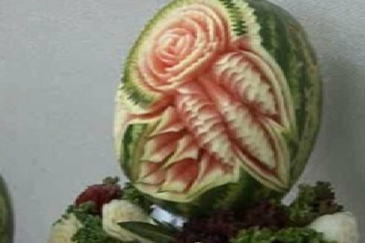 Květ vyřezaný do melounu