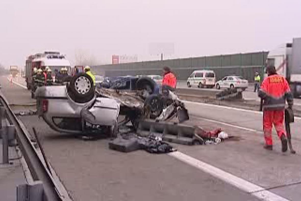 Převrácené auto po havárii na D1