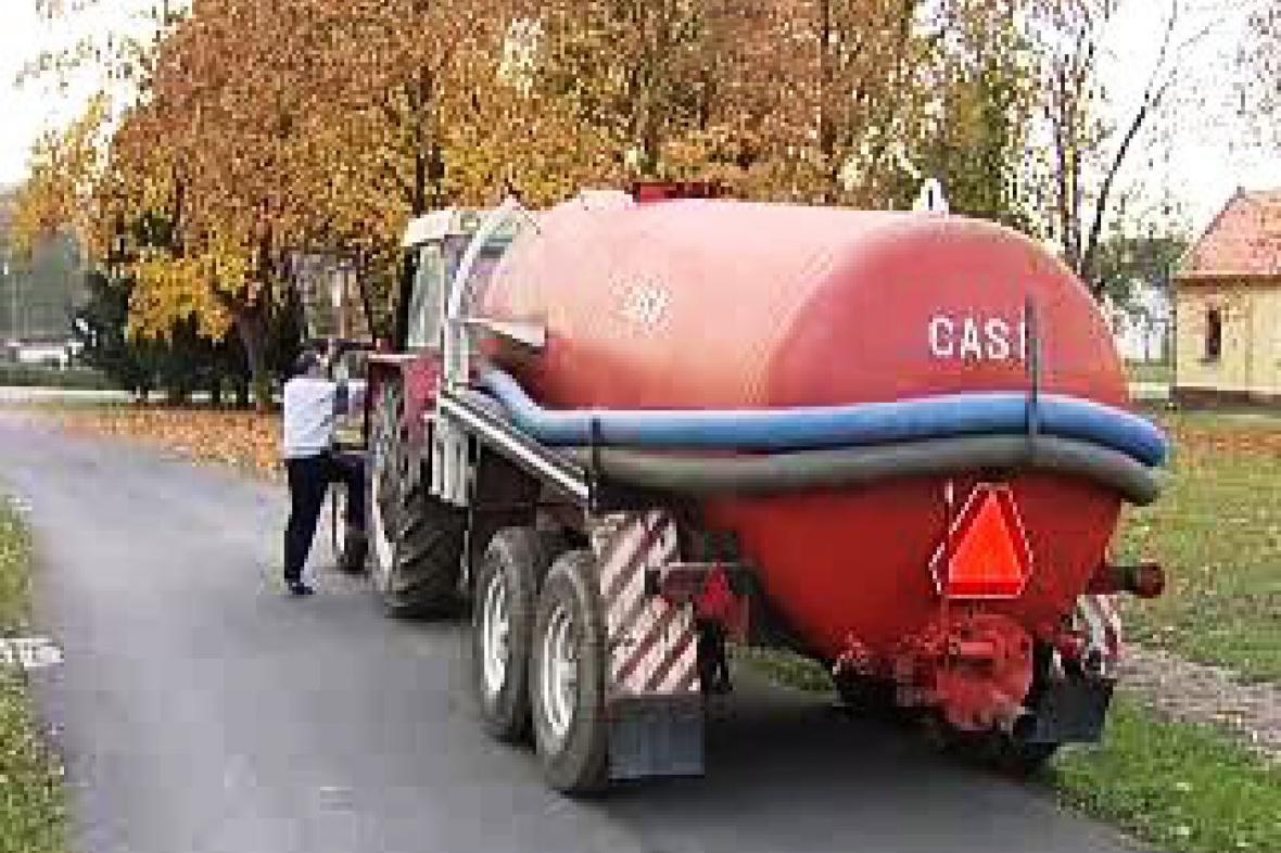 Traktor s fekálním vozem