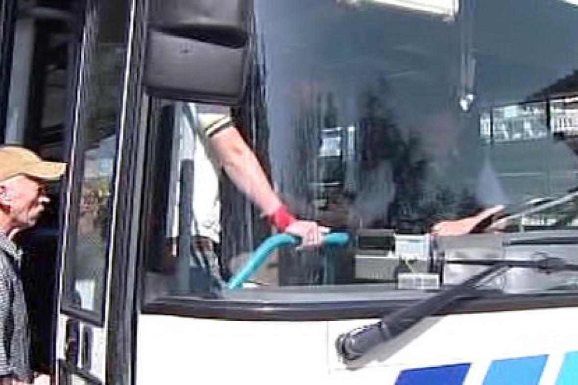 Autobus na zastávce