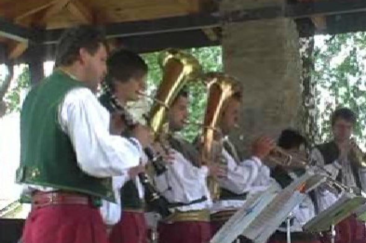 Vystoupení lidové kapely ve Velkém Týnci