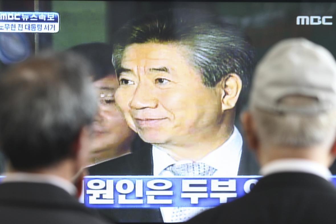 Sledování zpráv o sebevraždě exprezidenta Ro Mu-hjona
