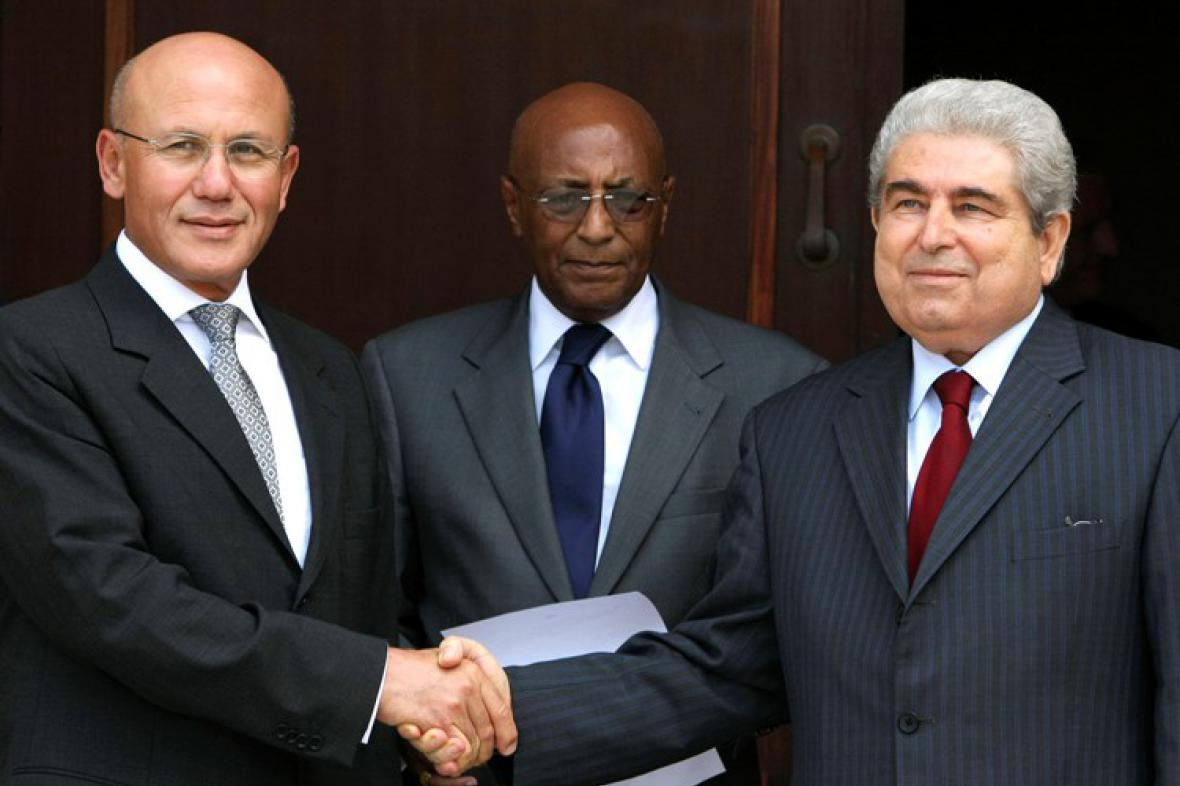 Prezidenti Mehmet Ali Talat a Demetris Christofias si podávají ruce