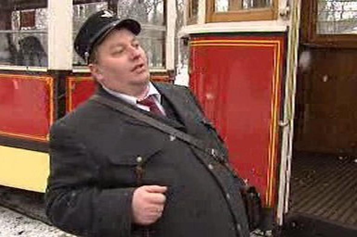 Průvodčí u historické tramvaje