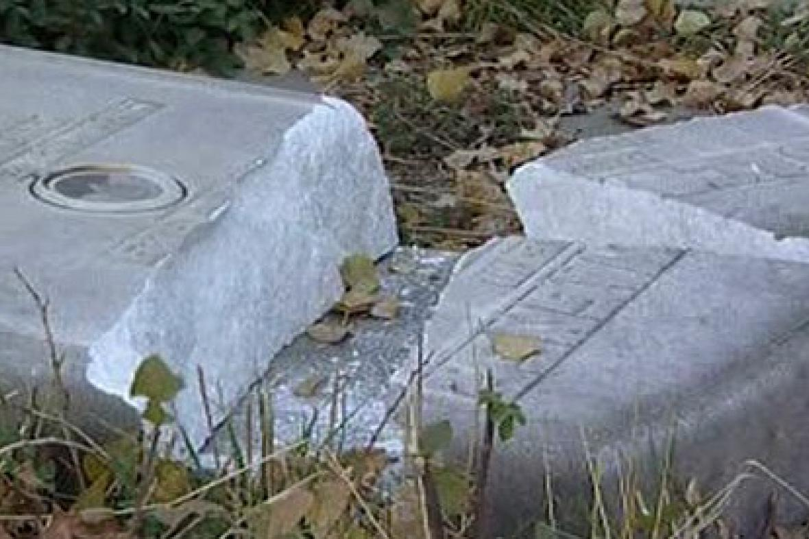 Zdemolované náhrobky