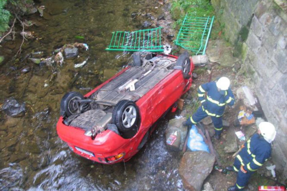 Auto spadlo do koryta řeky