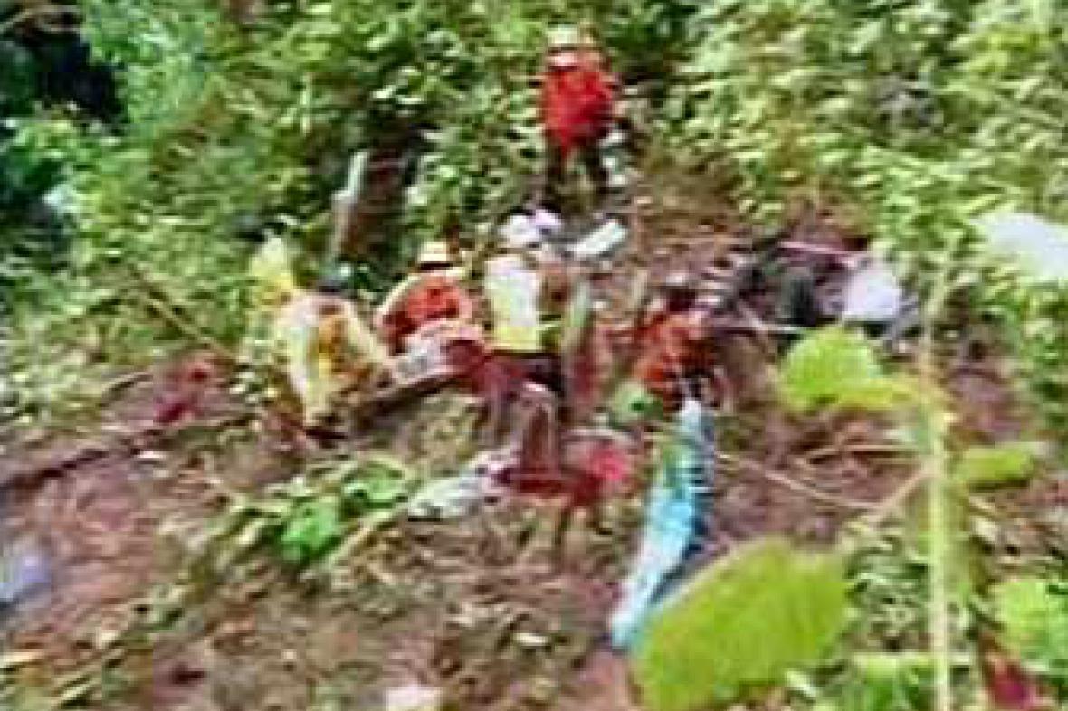 Záchranáři u nehody autobusu