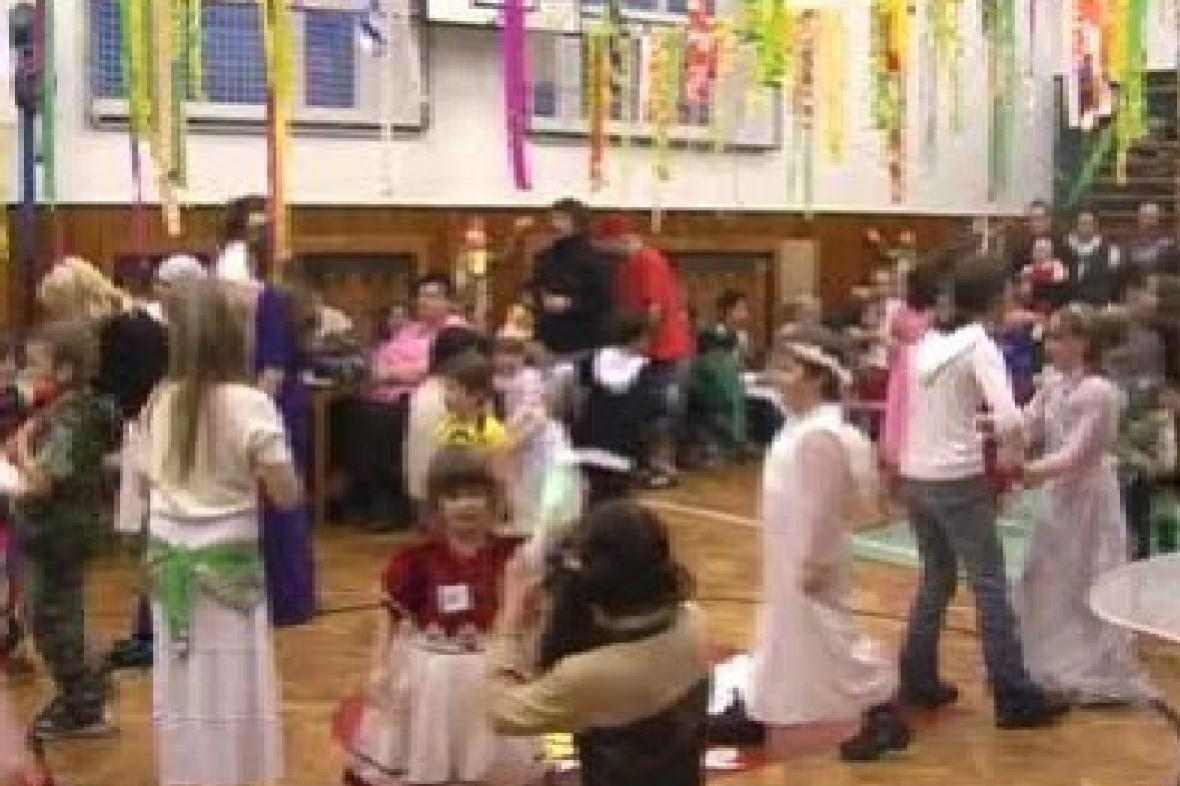Děti tancují na maškarním plese