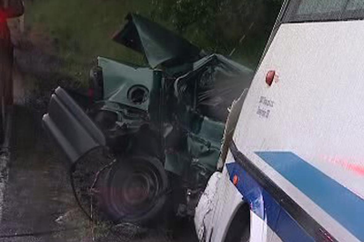 Nehoda osobního auta a autobusu