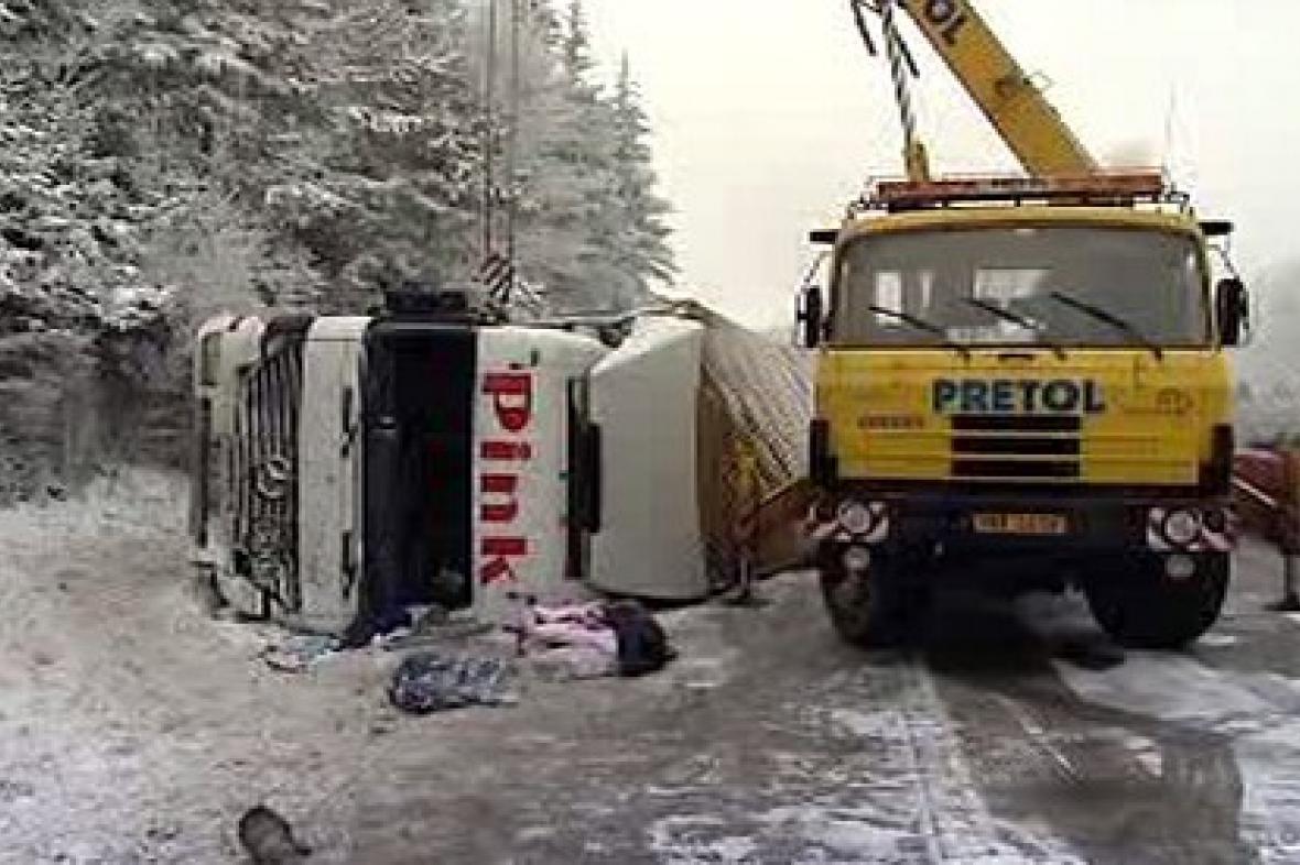 Vyprošťování převráceného kamionu