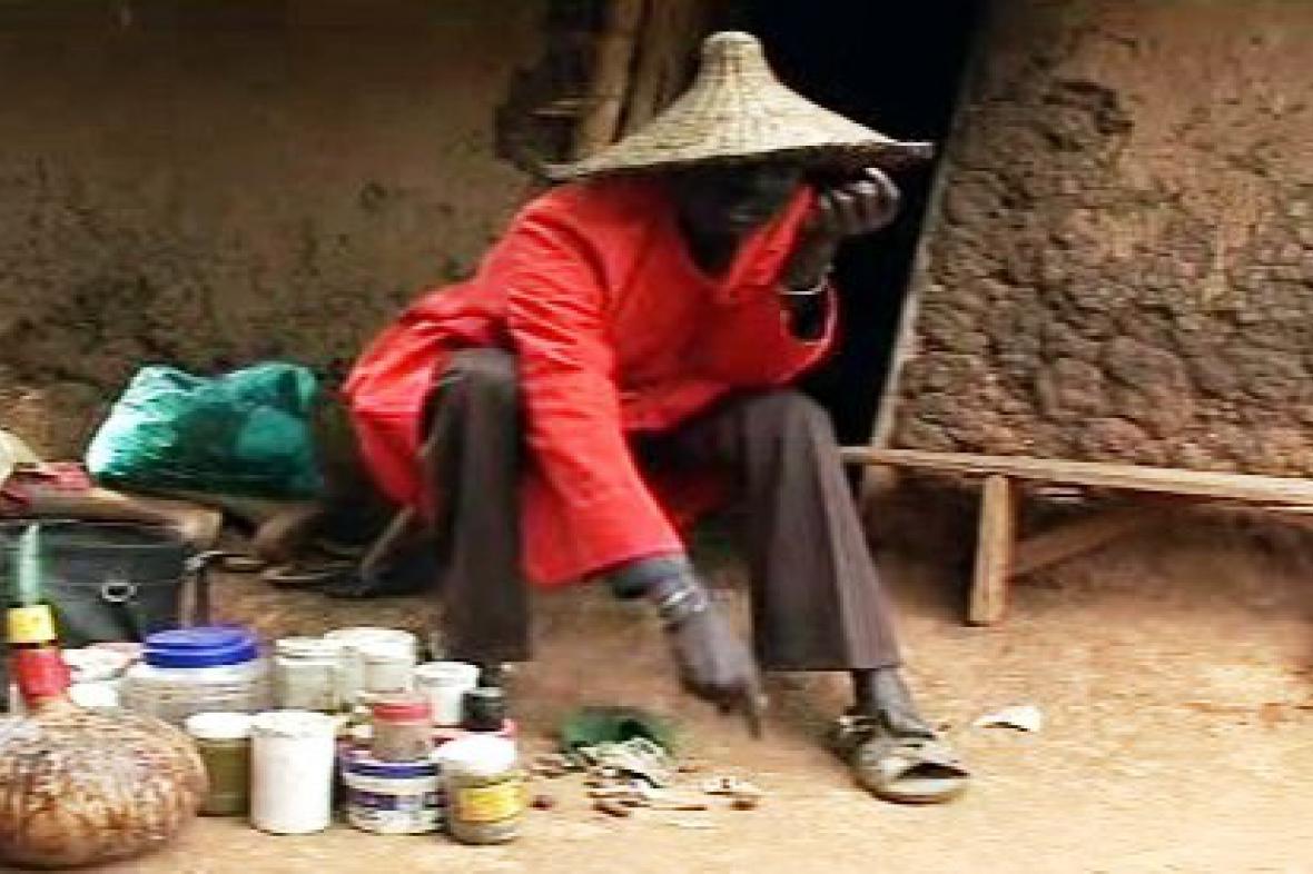 Šaman ve vesnici Kogelo
