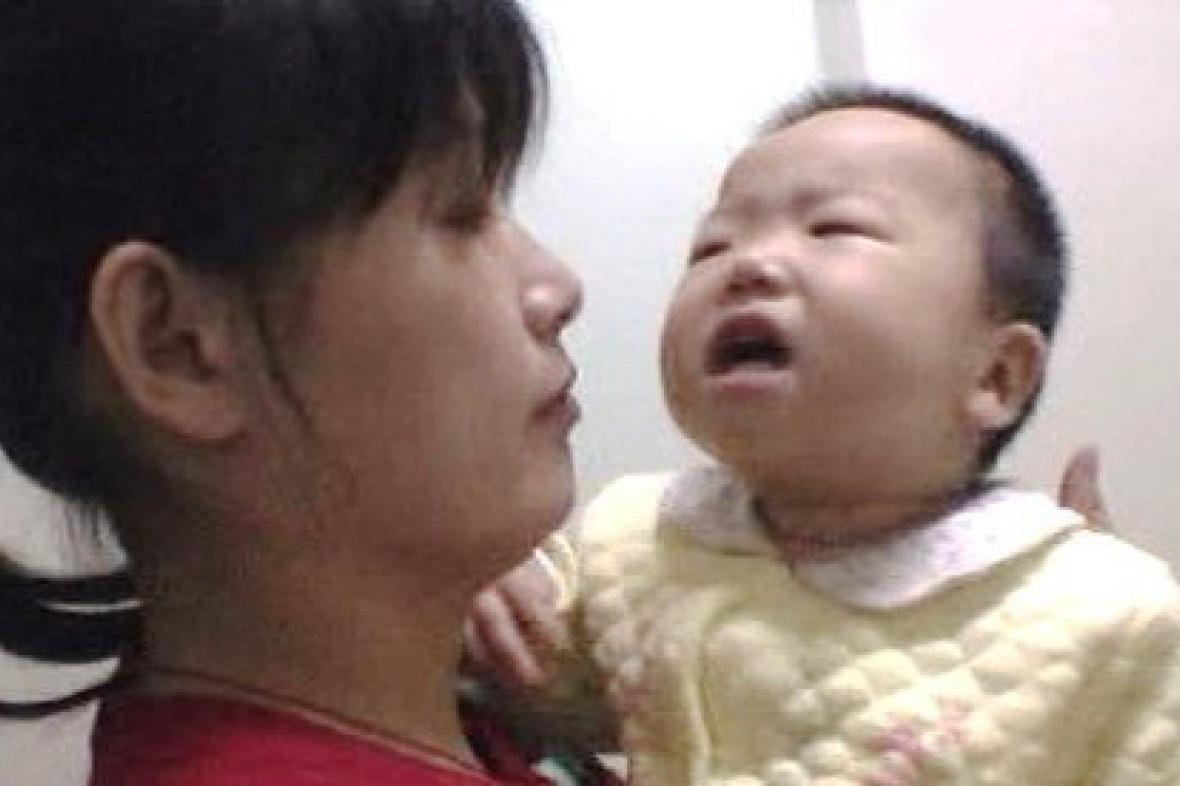 Čínská matka s nemocným dítětem