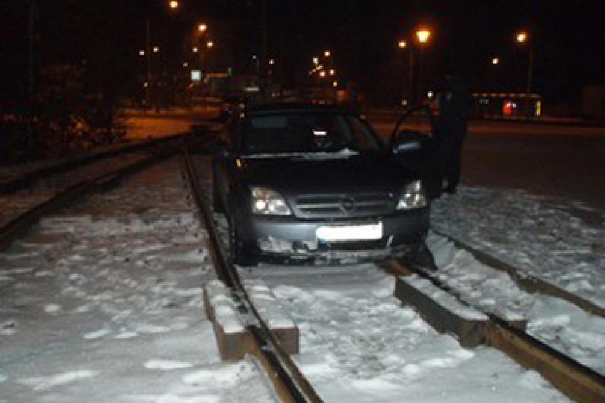 Auto skončilo na kolejích