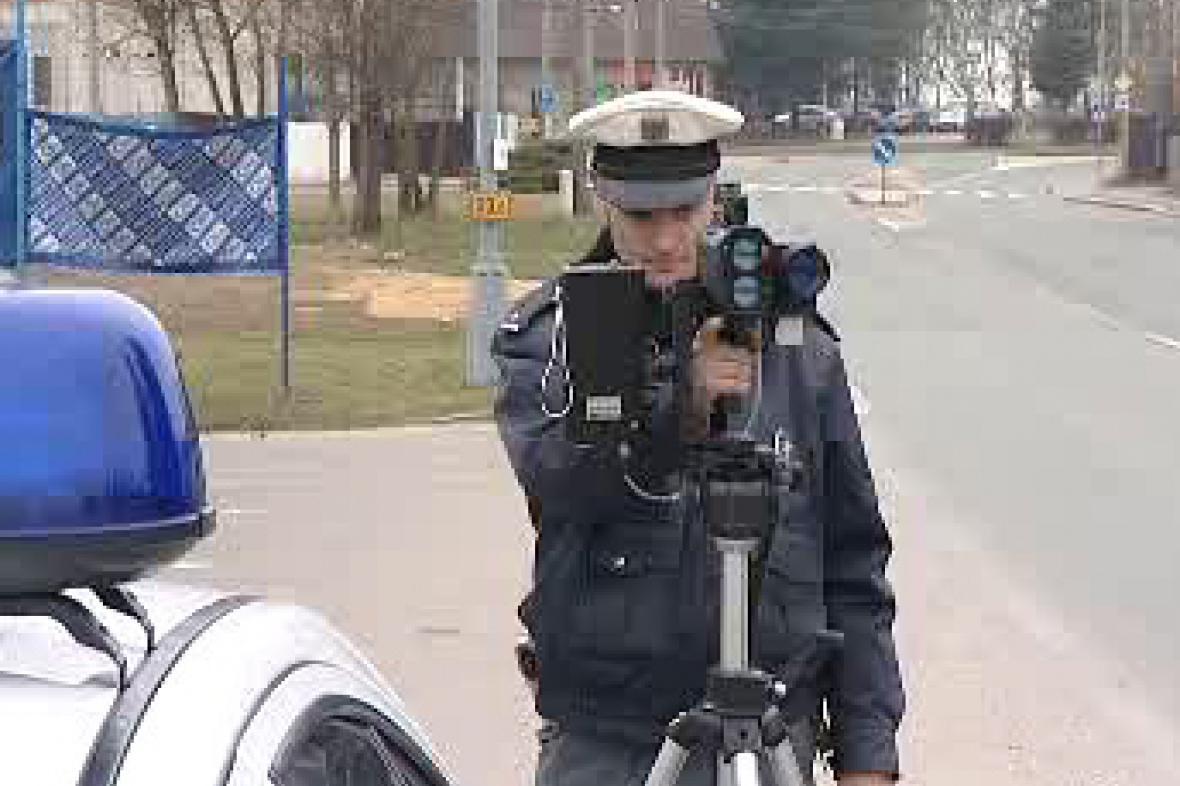 Policista měří rychlost