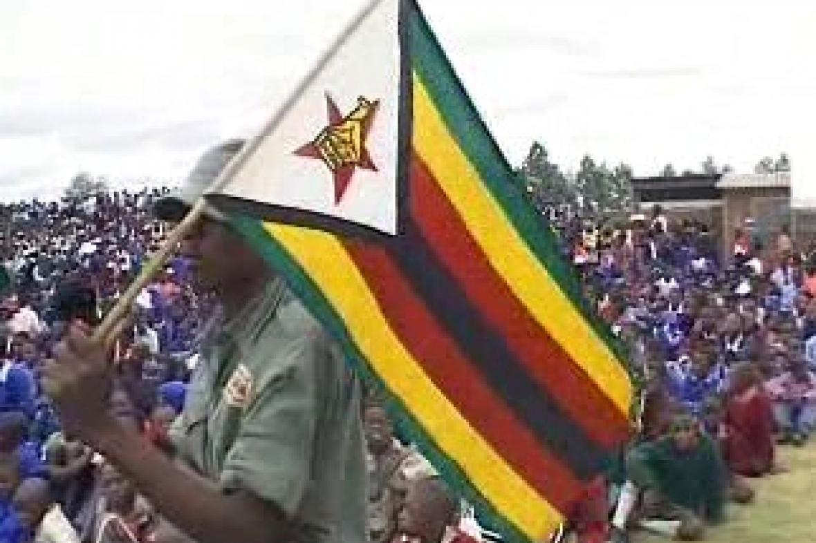 Vlajkonoš s vlajkou Zimbabwe
