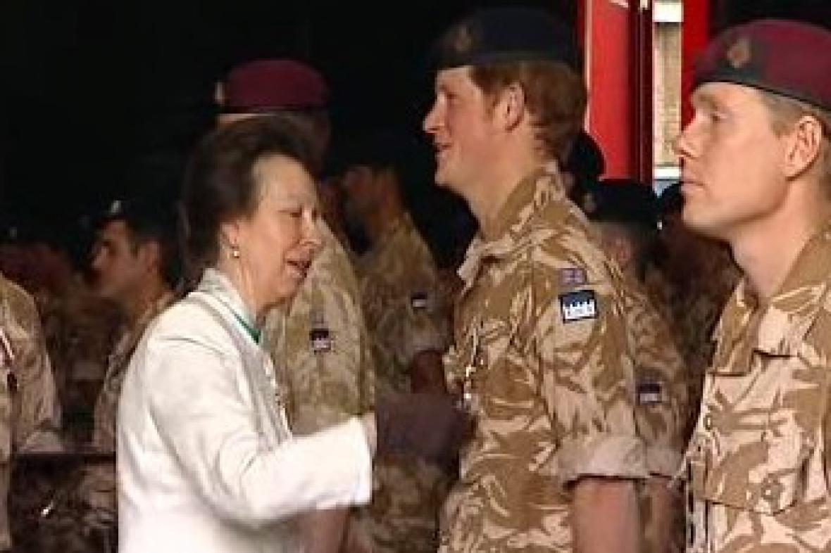 Princezna Anna vyznamenává podporučíka Harryho