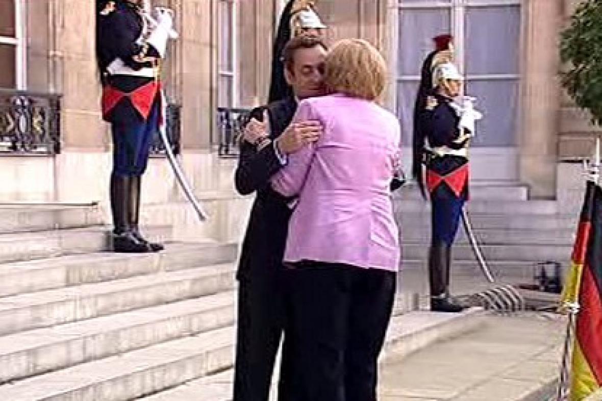 Francouzský prezident vítá německou kancléřku