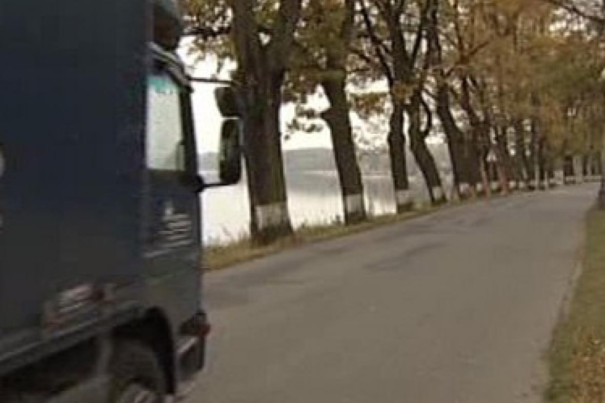 Silnice kolem rybníku Svět na Třeboňsku