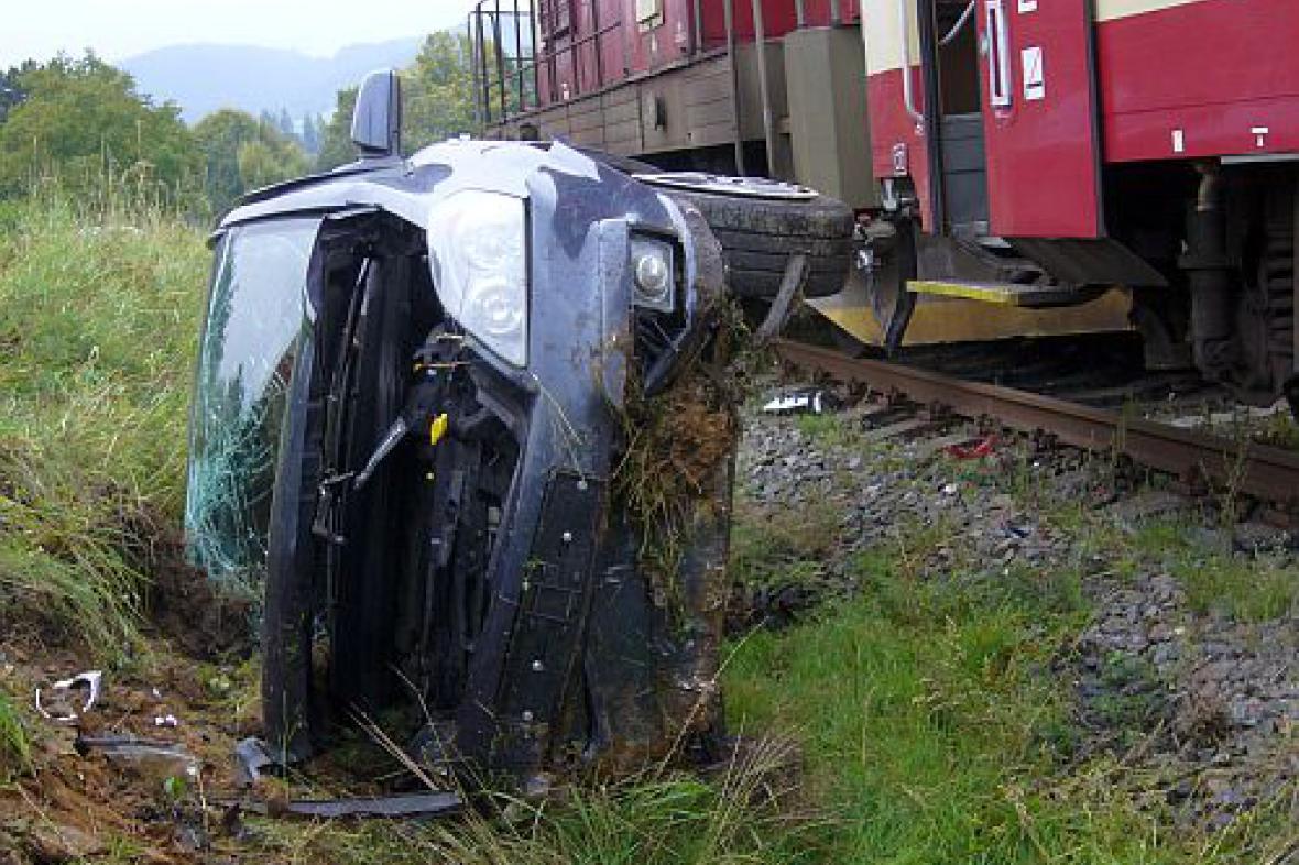Auto po srážce s vlakem