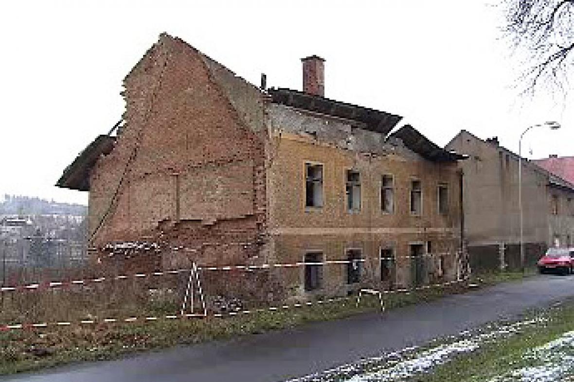 Polorozpadlý dům