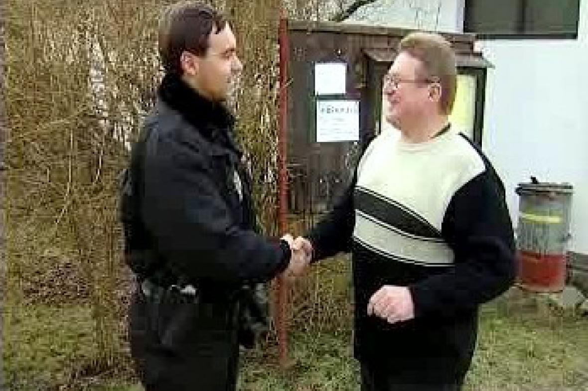 Policista se zdraví s občanem