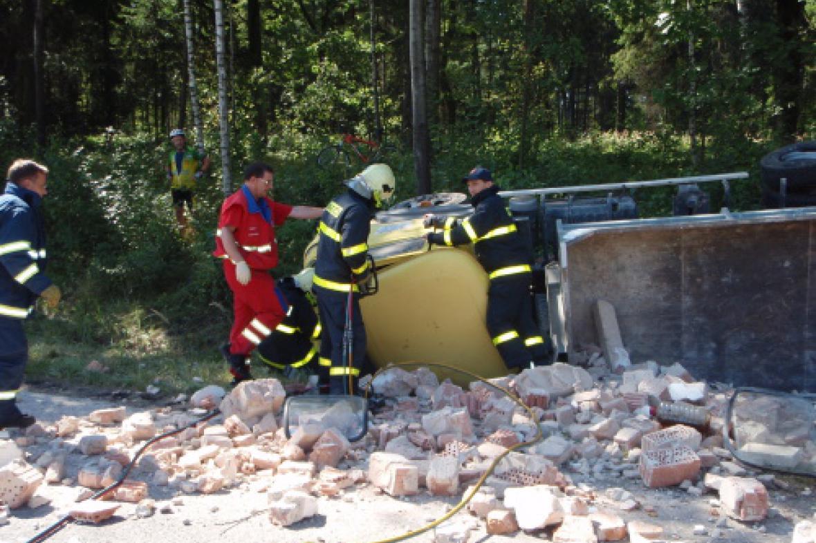 Hasiči vyprošťovali zraněného řidiče