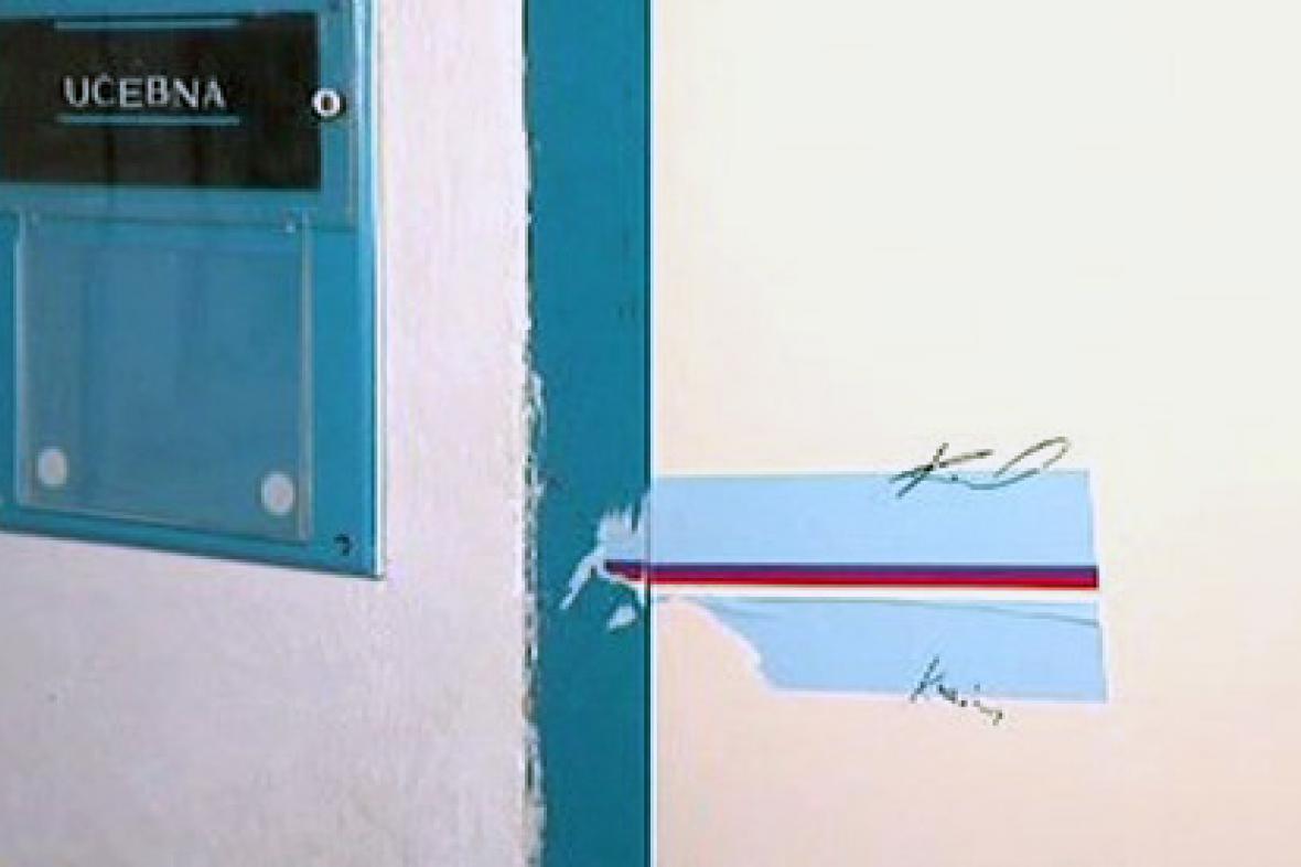 Porušená pečeť na dveřích volební místnosti