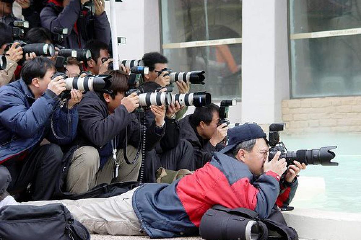 V obležení novinářů