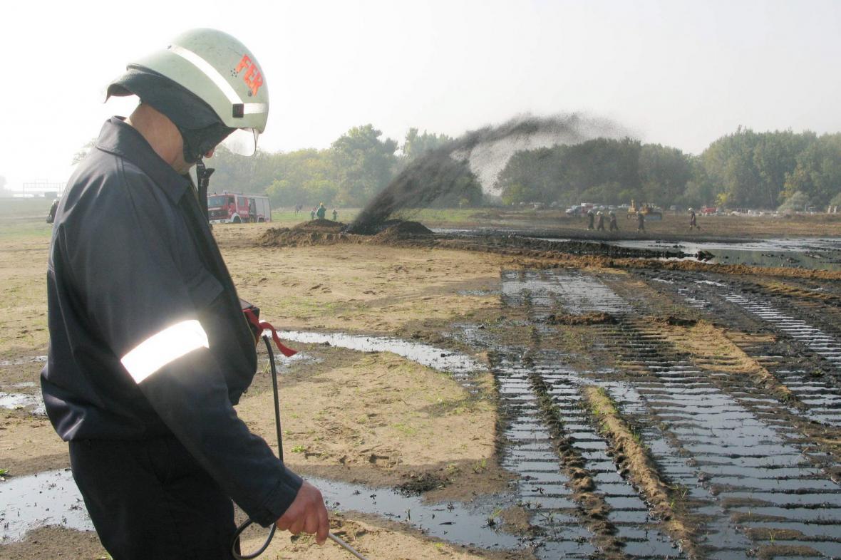 Hasiči zasahují u havárie na ropovodu Družba