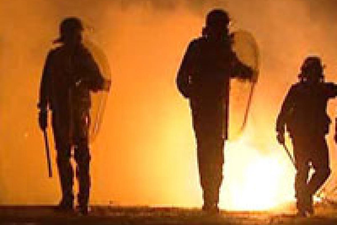 Pařížští policisté během nepokojů