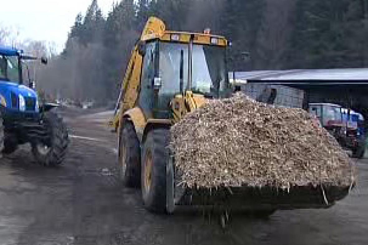 Bagr s dřevoštěpkou