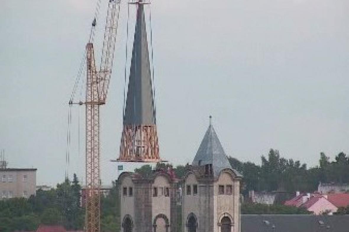 Osazení věže kostela