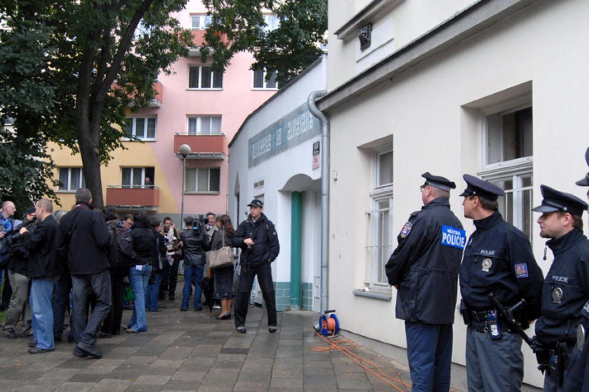 Přívrženci Národní strany před mešitou