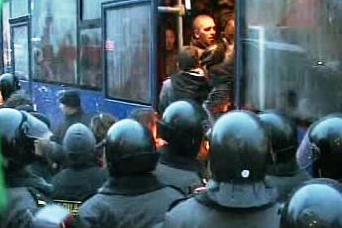 Běloruská policie odváží demonstranty.