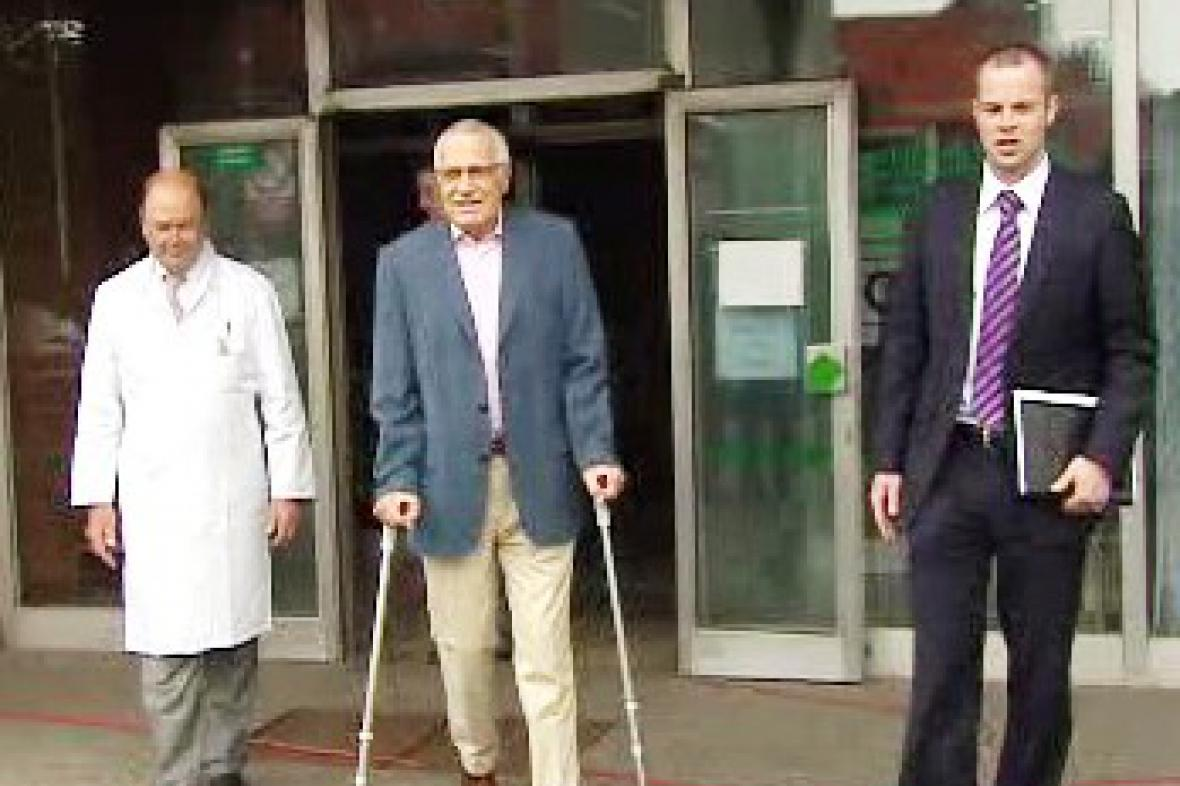 Václav Klaus před nemocnicí Na Bulovce