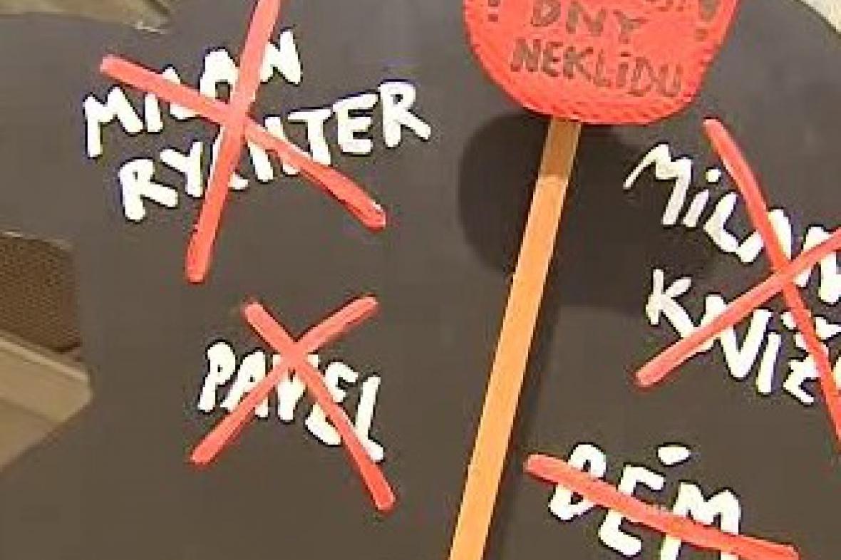 Transparent protestující proti kulturní politice magistrátu