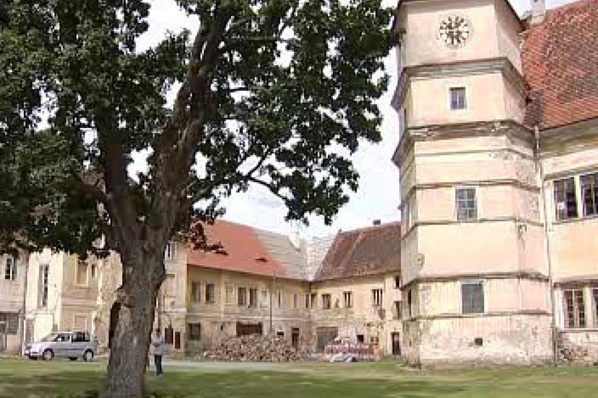 Nádvoří zámku Červené Poříčí