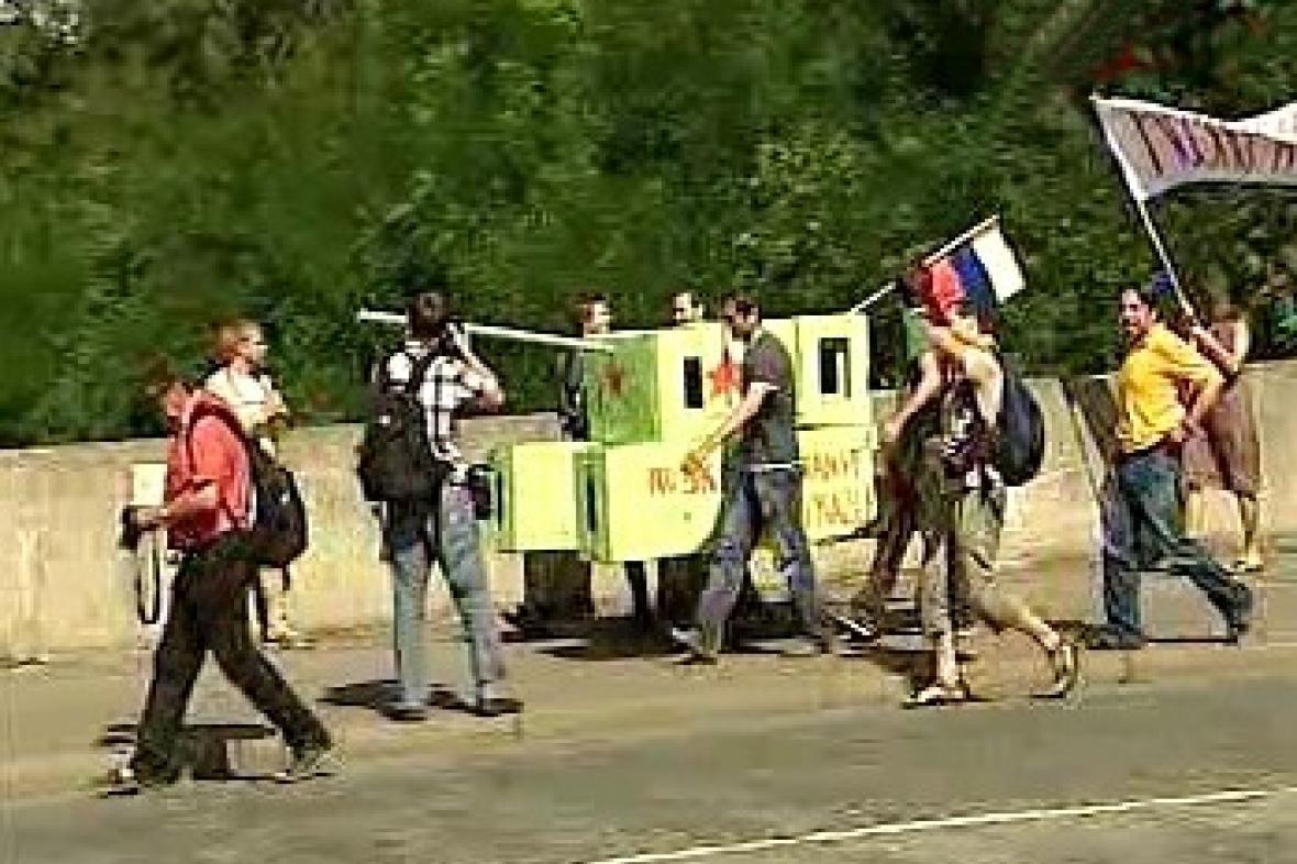 Demonstranti s tankem