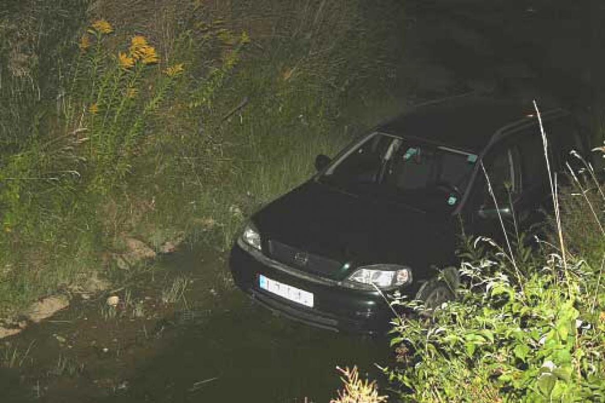 Auto sjelo do potoka
