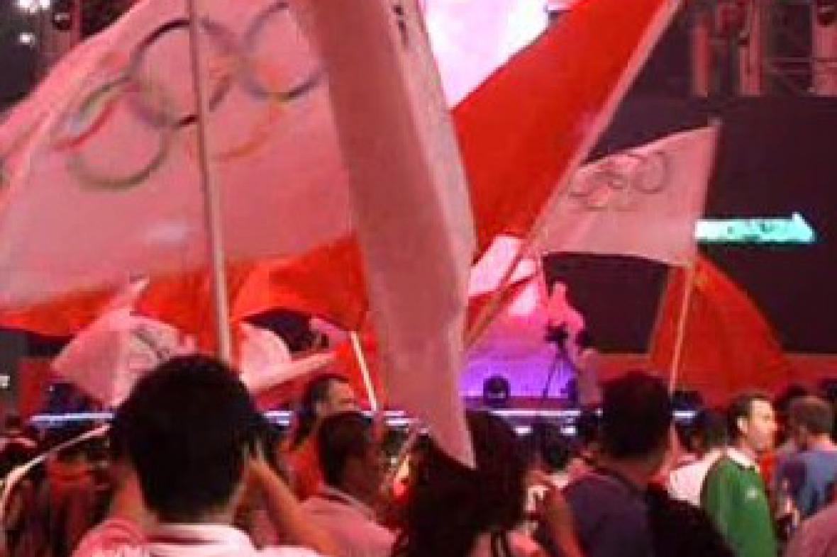 Číňané s vlajkami