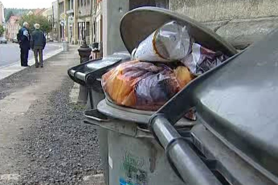 Přeplněné popelnice v Liberci