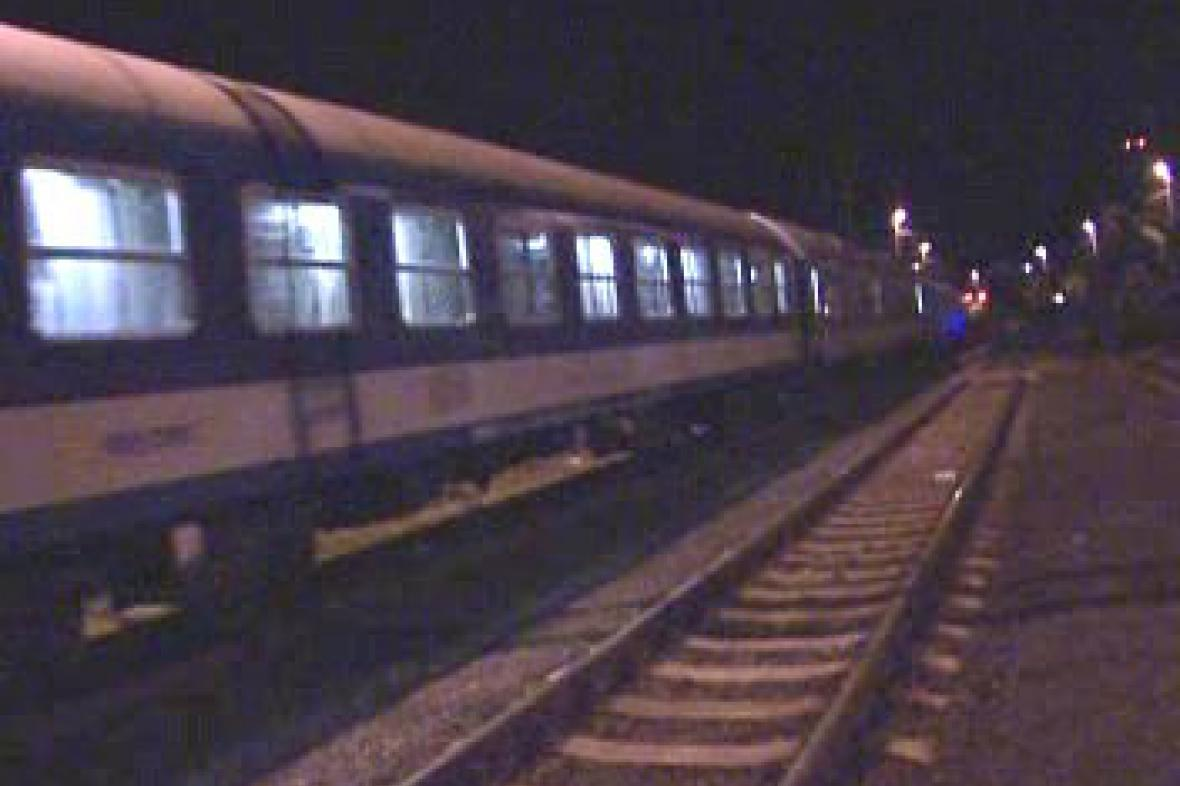 Vlak projíždí po opravené trati ve Studénce