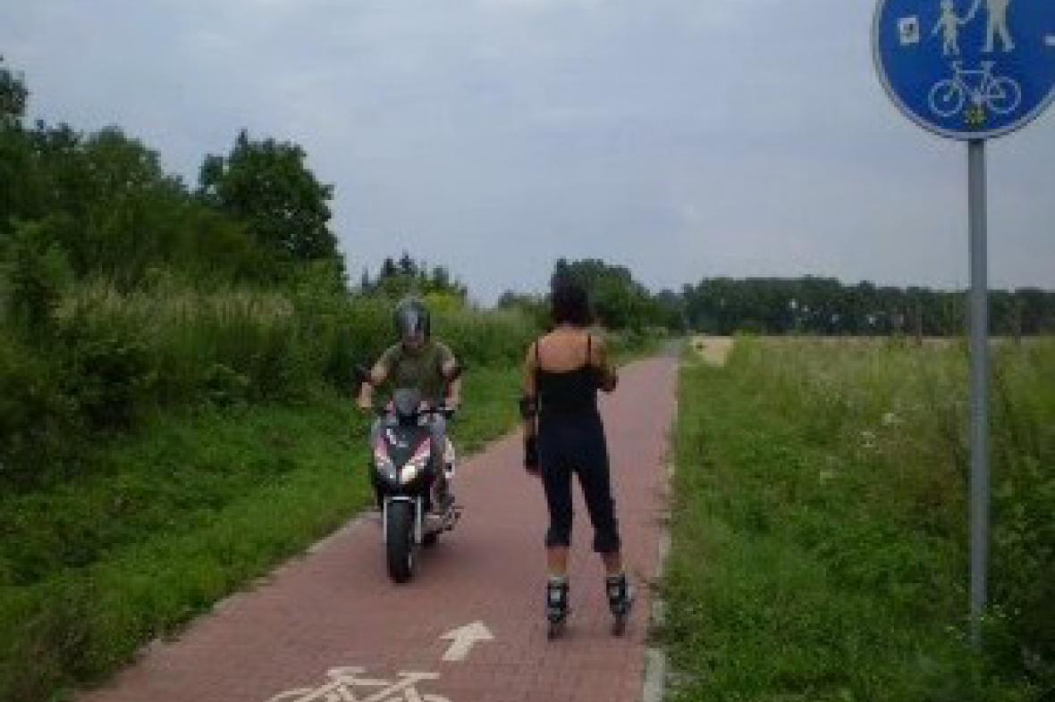 Motorkář na cyklostezce