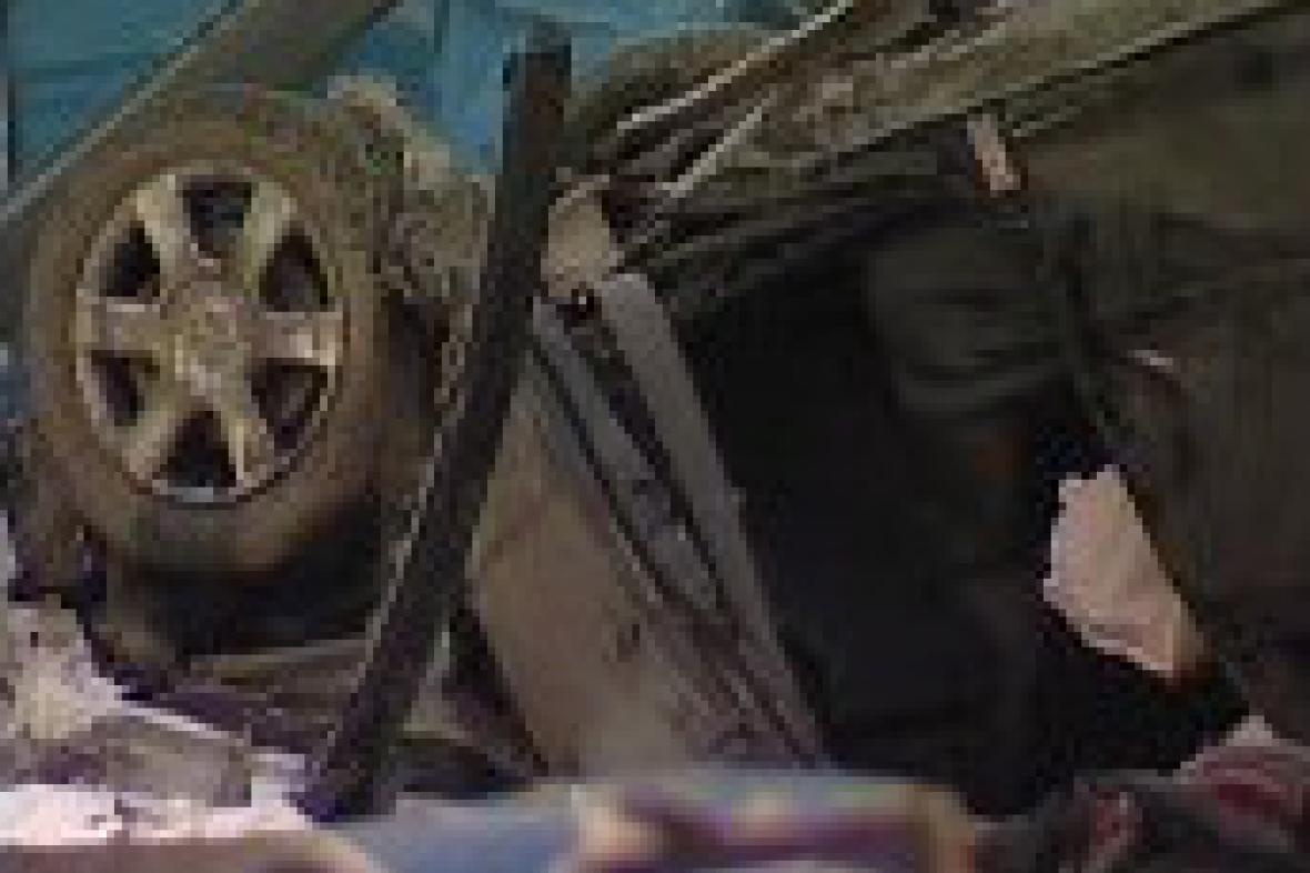 Převrácený automobil na D1