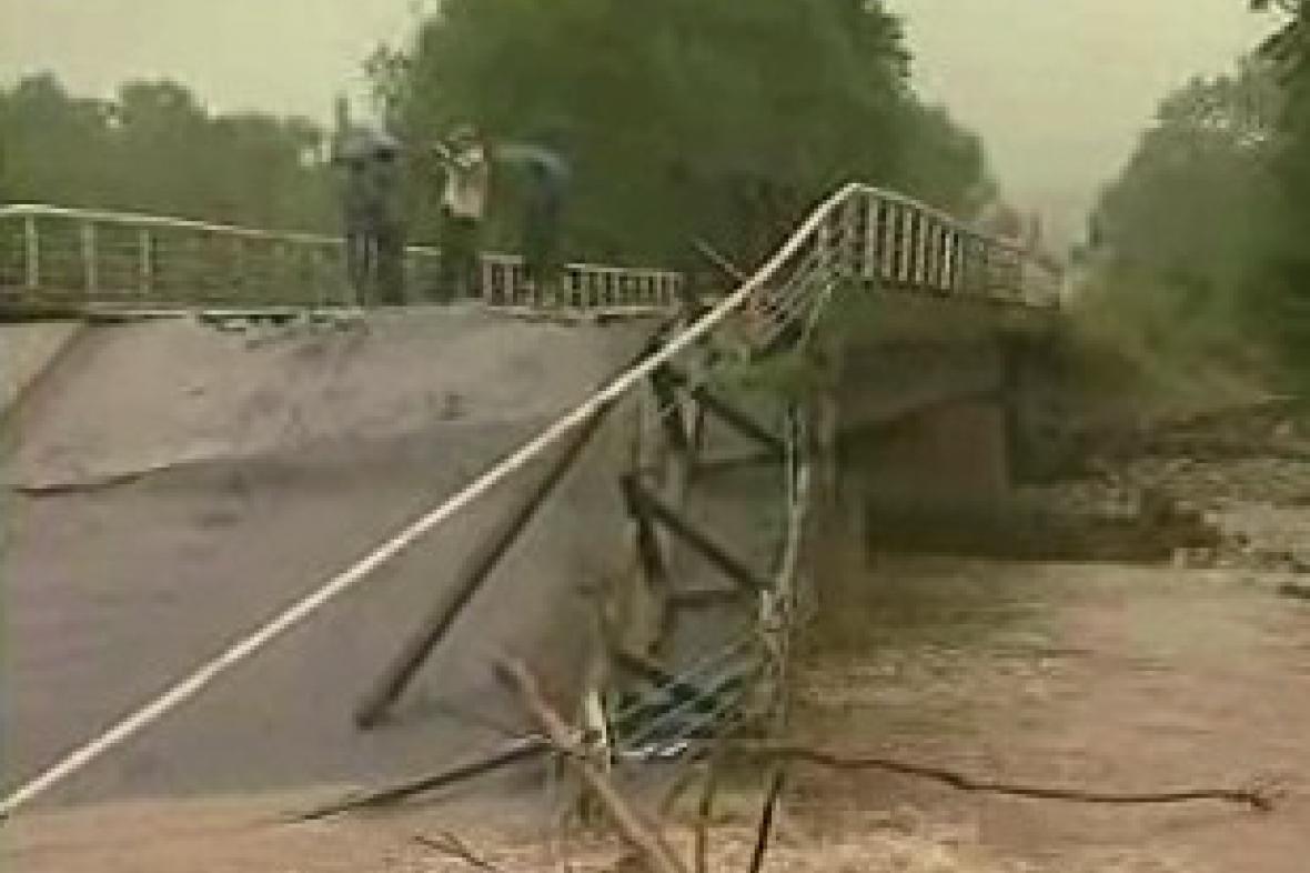 Most zničený rozvodněnou řekou