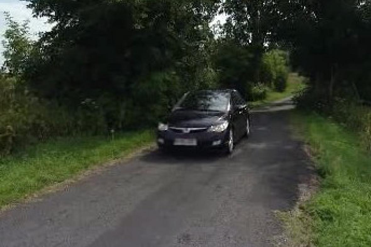 Auto na polní silnici