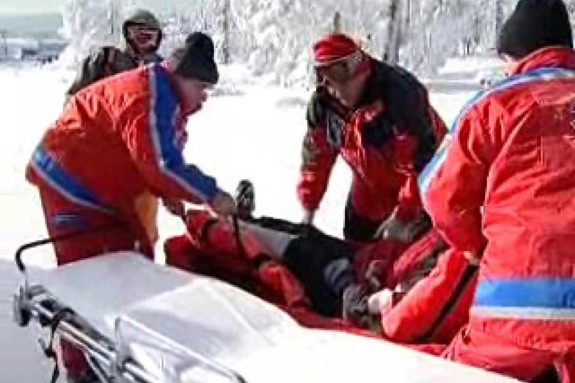 Lékaři u zraněného pacienta