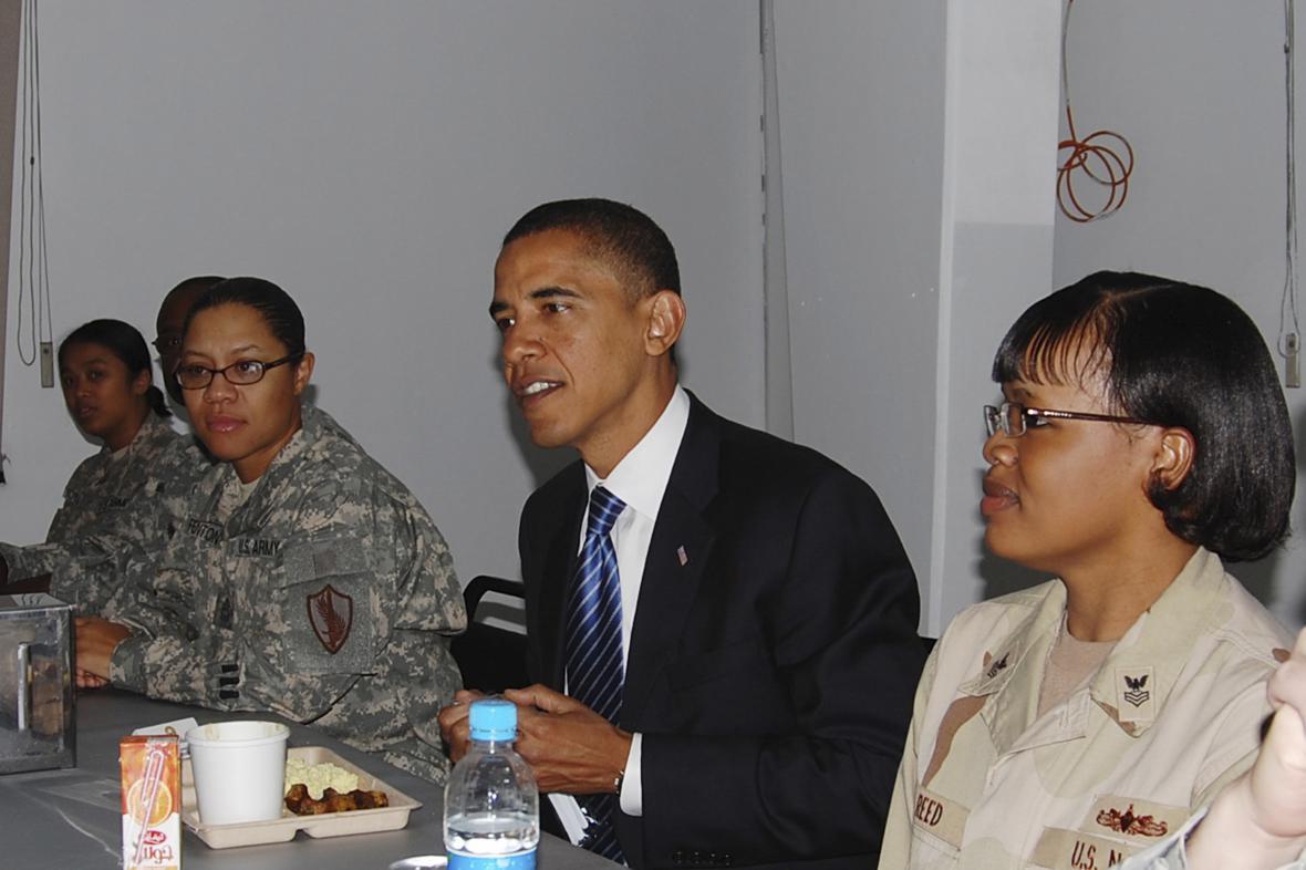Barack Obama při snídani s americkými vojáky
