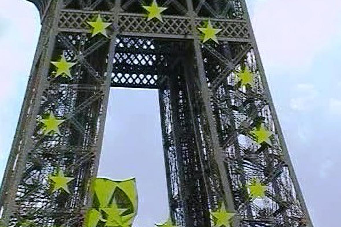 Eiffelova věž s transparentem