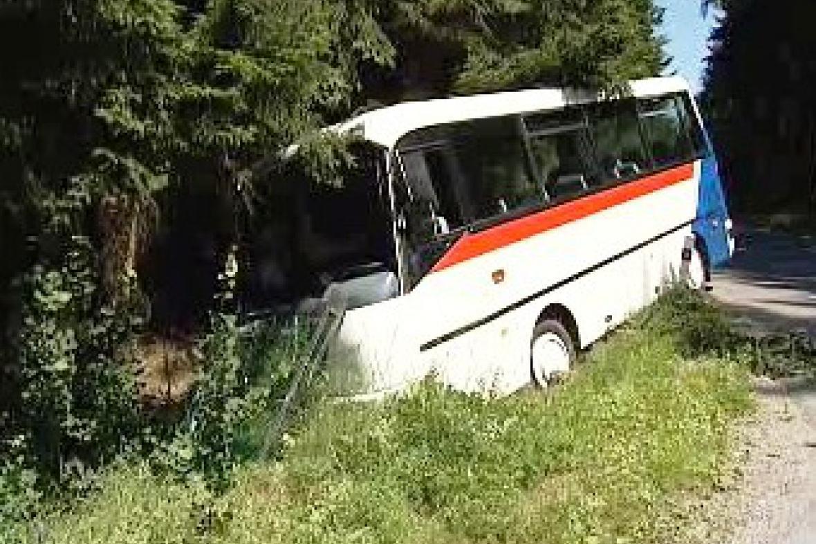 Mikrobus havaroval u Stonařova na Jihlavsku.